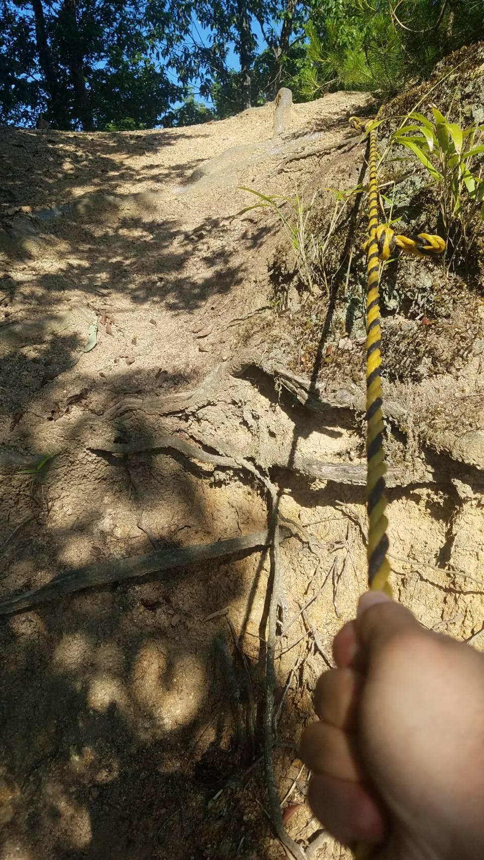 此隅山城跡 登山道とロープ