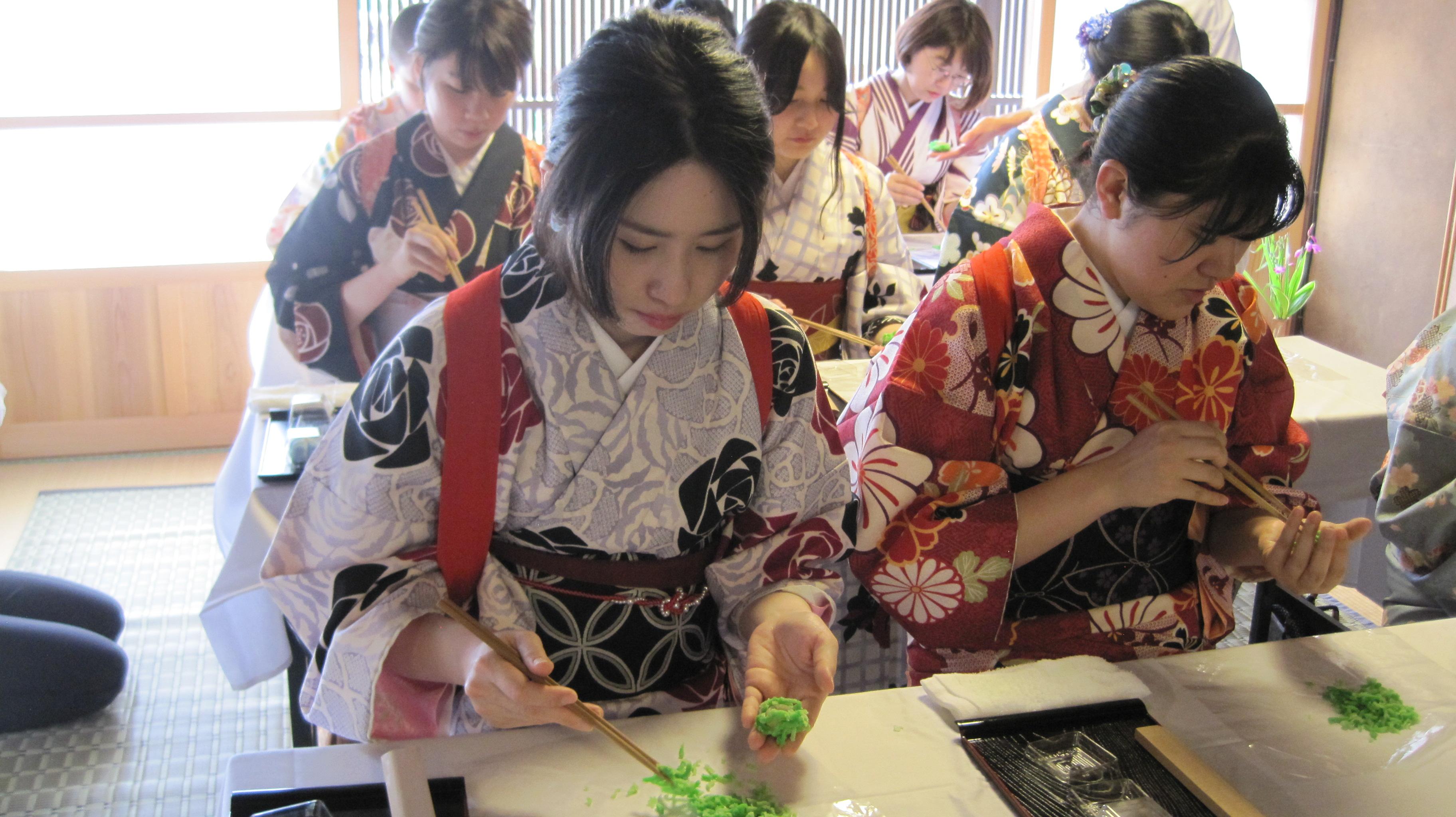 出石 和菓子づくり体験をする着物女性