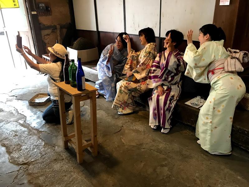 出石 着物で記念撮影する女性陣