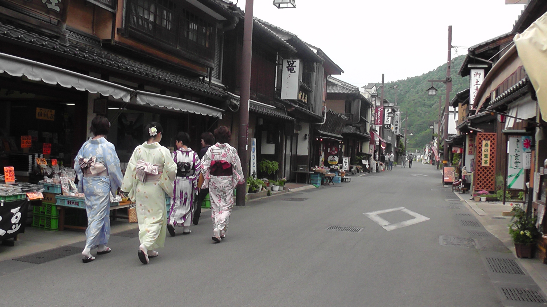 出石 城下町 着物で歩く女性