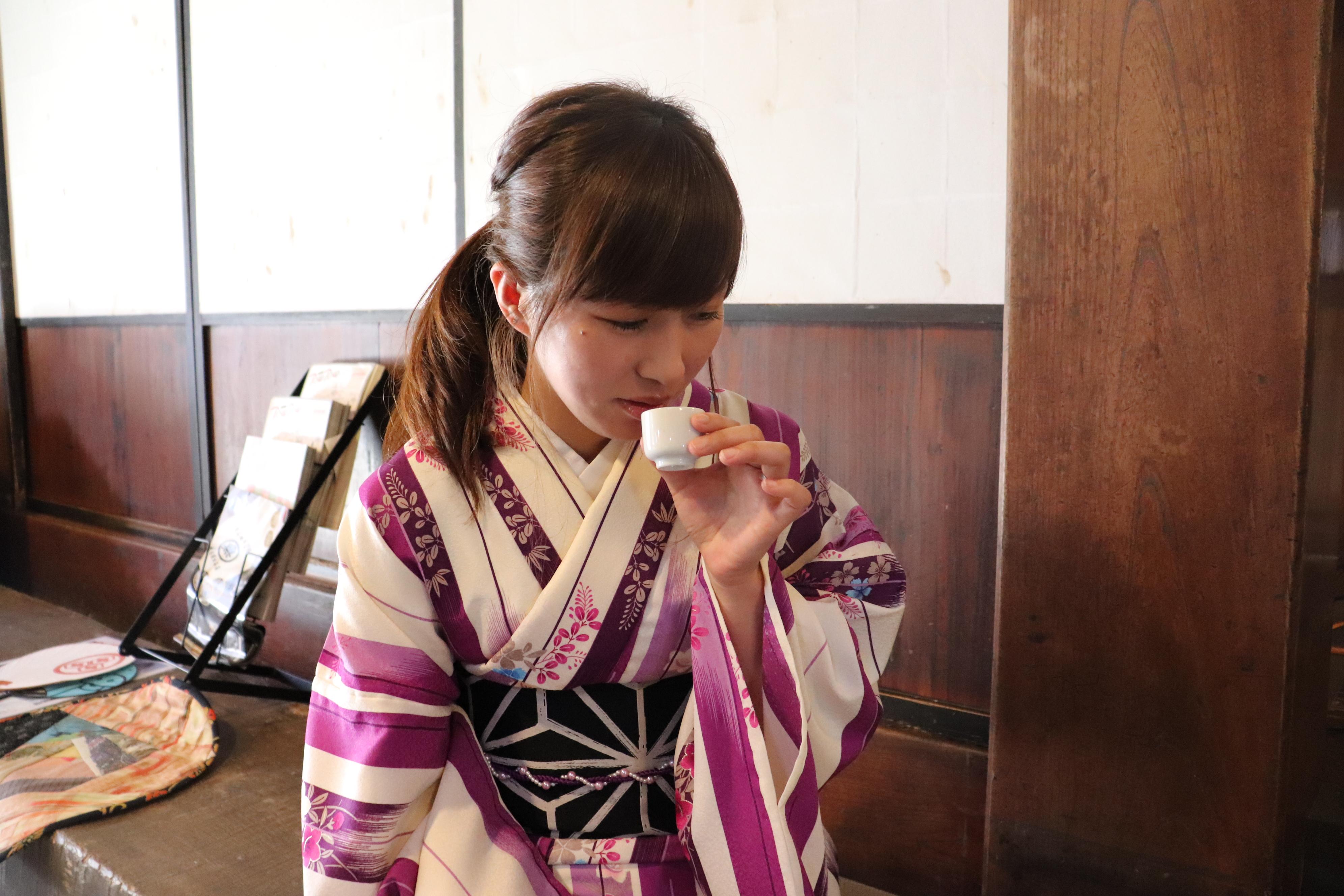 日本酒・楽々鶴を試飲する女性