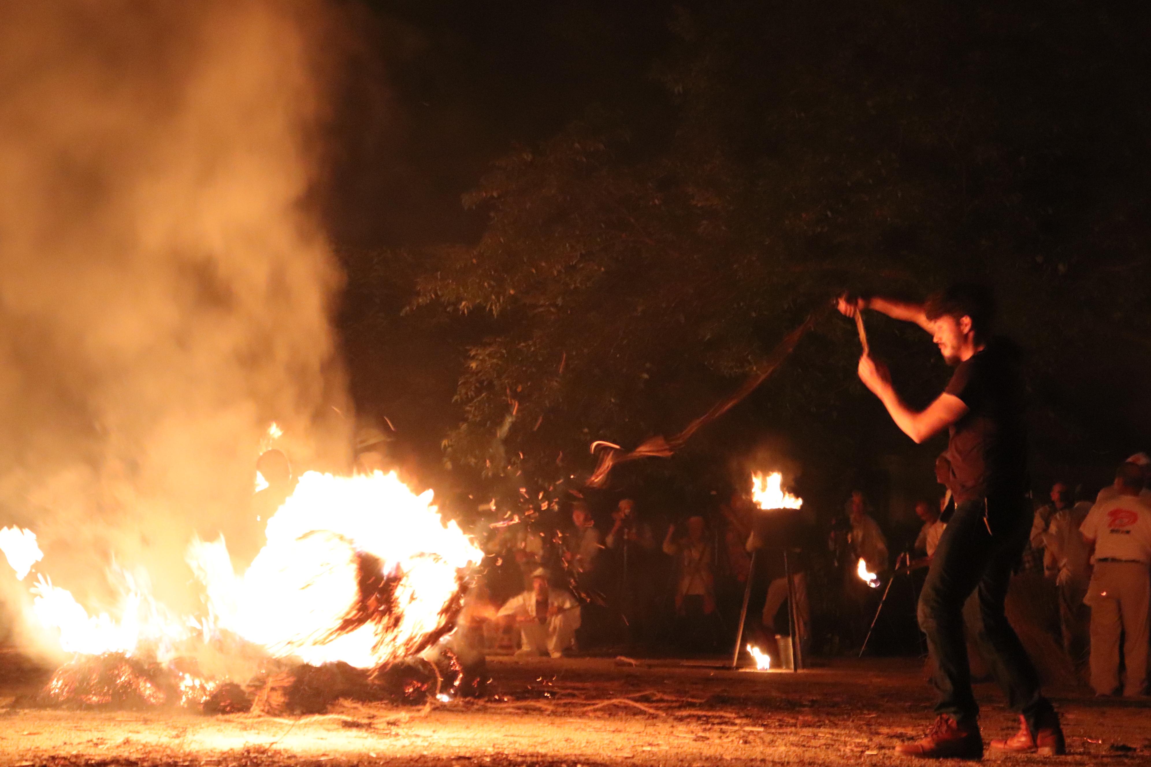 愛宕の火祭り 火振りに参加する外国人